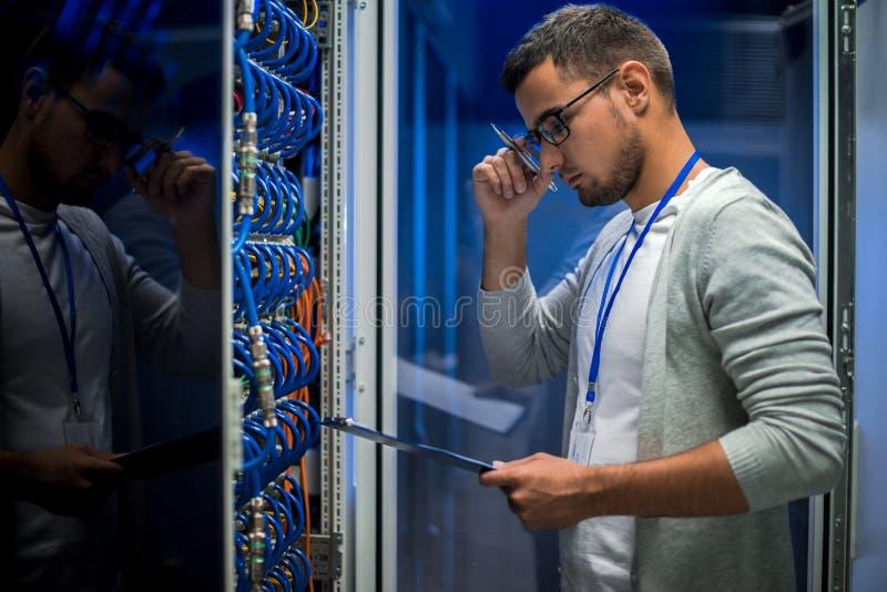 O homem novo separa dentro a sala fotos de stock