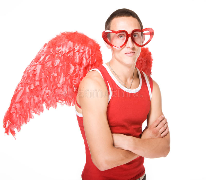 O homem novo sorri em coração-vidros vermelhos com asas o foto de stock royalty free