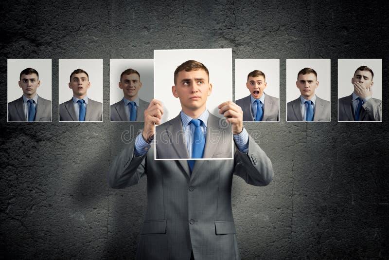 O homem novo sustenta uma fotografia fotos de stock