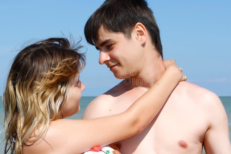 O homem novo tomou a menina em seus braços fotografia de stock