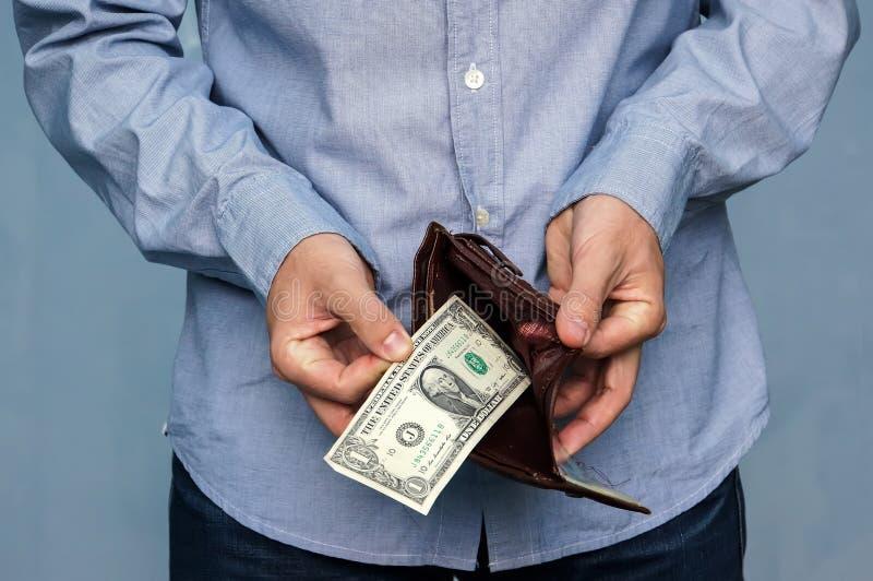 O homem obtém o dinheiro da carteira imagem de stock royalty free