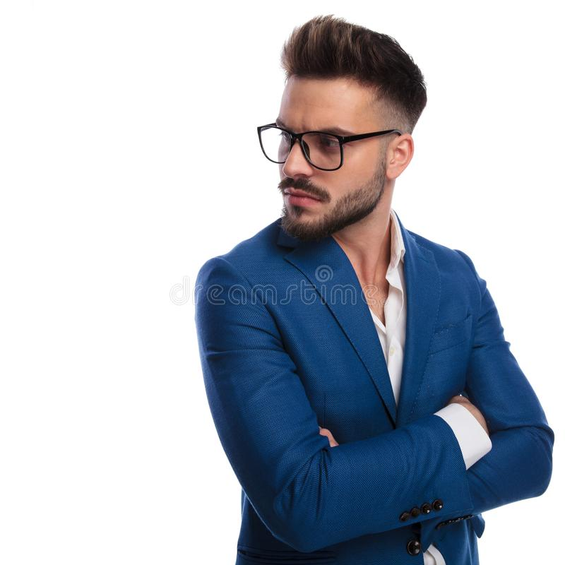 O homem ocasional esperto com os braços dobrados olha para tomar partido imagens de stock