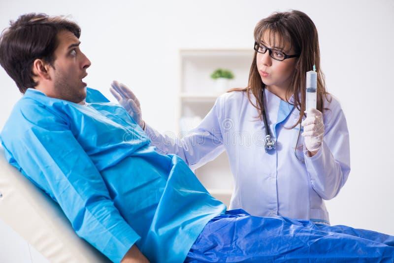 O homem paciente assustado que prepara-se para a vacina contra a gripe fotos de stock royalty free