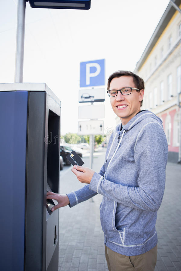 O homem paga estacionando fotografia de stock