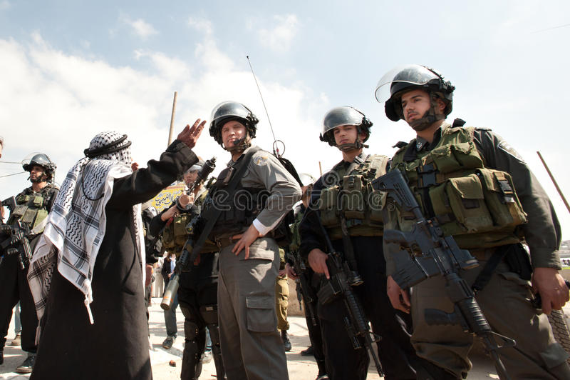 O homem palestino confronta soldados israelitas imagem de stock royalty free