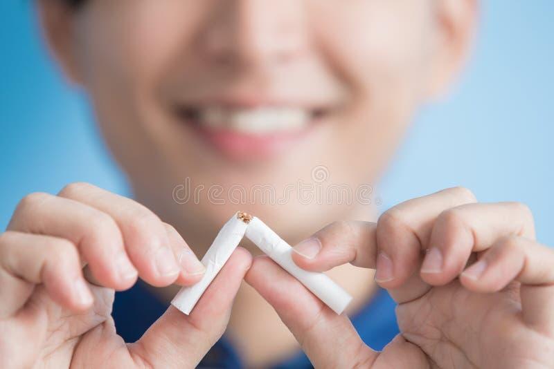O homem parou fumar fotografia de stock
