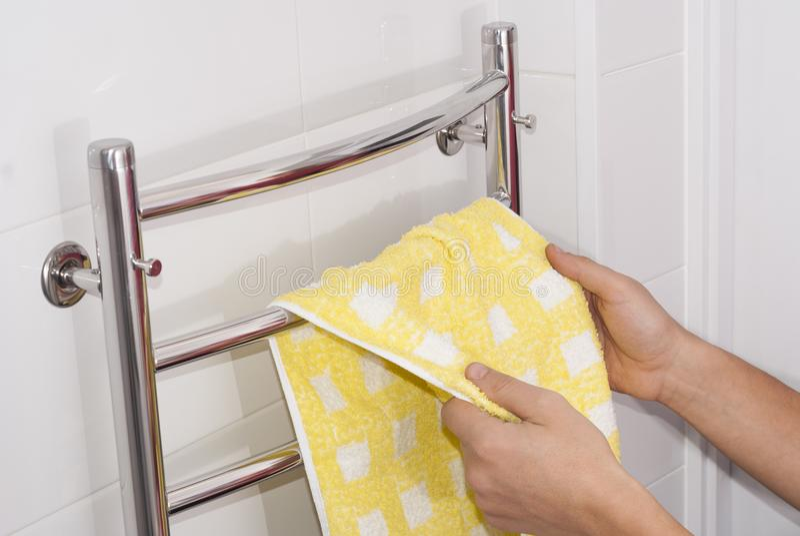 O homem pendura uma toalha imagem de stock