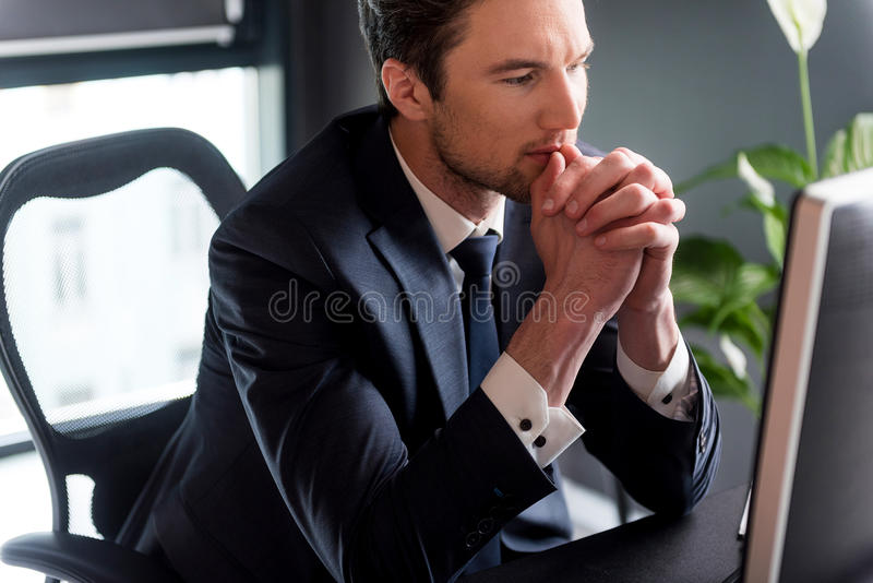 O homem pensativo elegante está trabalhando com concentração fotos de stock