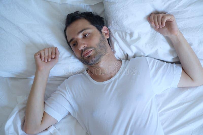 O homem pensativo não pode dormir devido à insônia imagem de stock royalty free