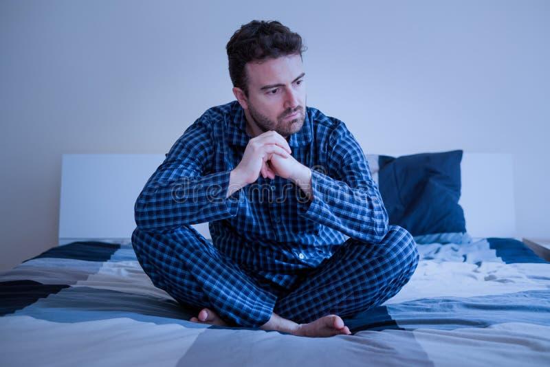O homem preocupado não pode dormir pensando sobre problemas foto de stock royalty free