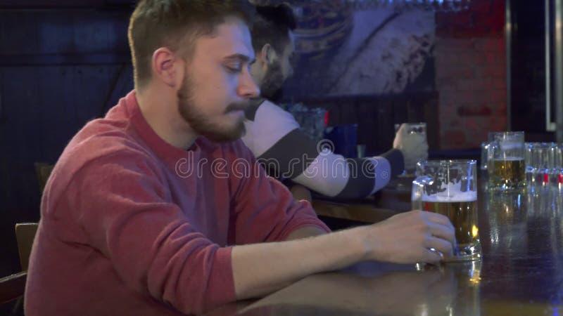 O homem prova a cerveja no bar fotografia de stock royalty free
