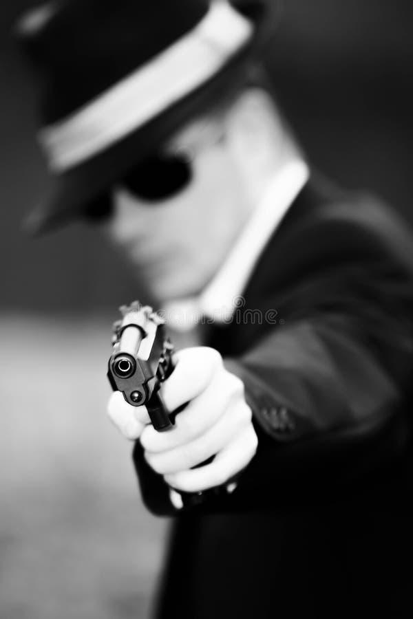 O homem puxa uma arma foto de stock royalty free