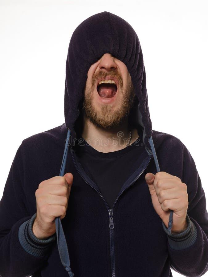 O homem puxou uma capa sobre seus olhos e gritos foto de stock royalty free