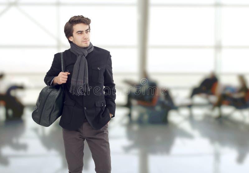 O homem que espera no aeroporto fotos de stock royalty free