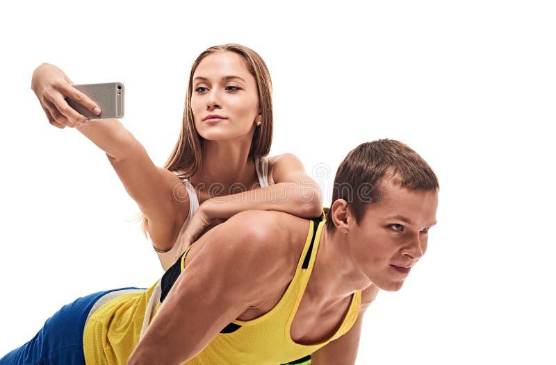 O homem que fazer empurra levanta e selfie da mulher imagens de stock
