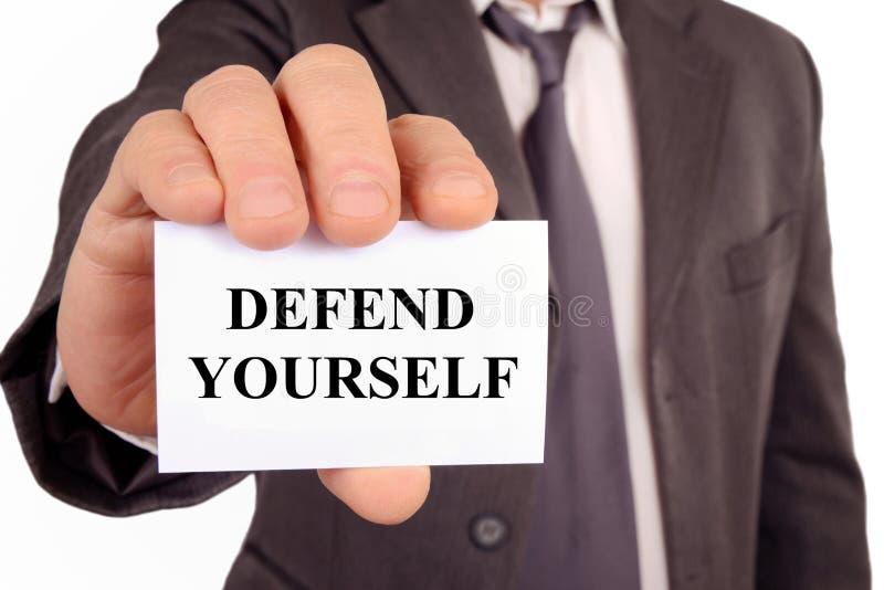 O homem que guarda um cartão em que é escrito defende-se ilustração royalty free