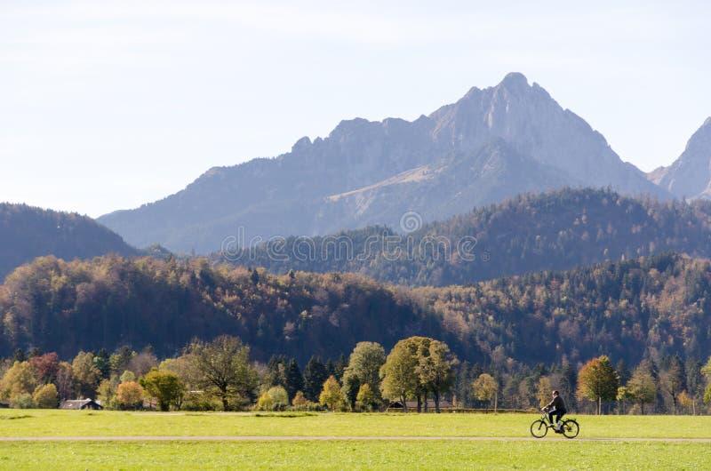 O homem que monta uma bicicleta imagem de stock royalty free