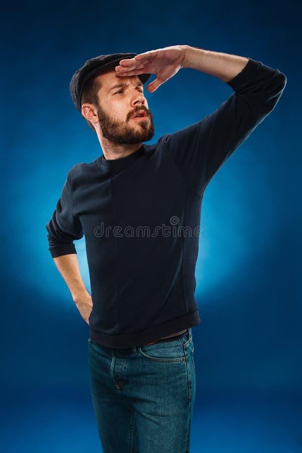 O homem que olha na distância foto de stock