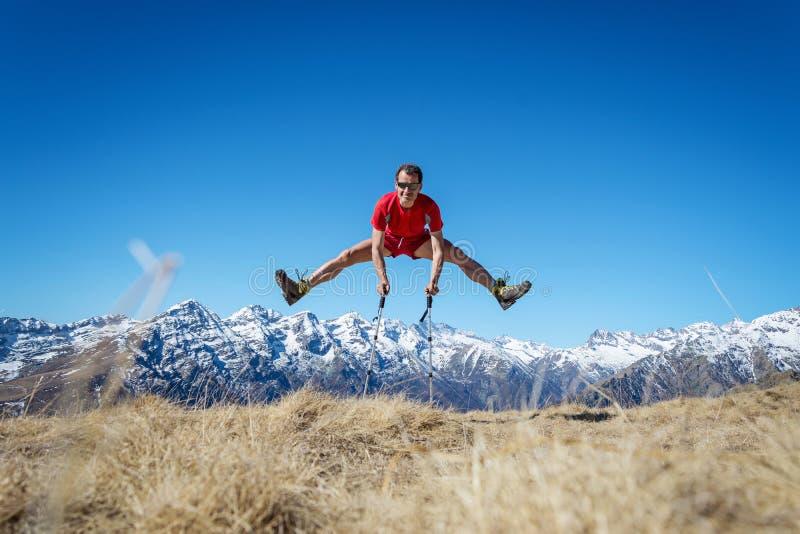 O homem que salta nas montanhas imagens de stock royalty free