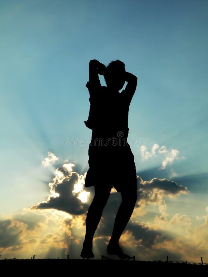 O homem que salta para a alegria fotografia de stock royalty free
