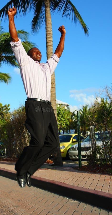 O homem que salta para a alegria imagem de stock royalty free
