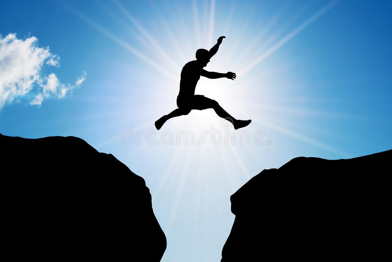 O homem que salta sobre o precipício Risco, desafio, sucesso fotografia de stock royalty free