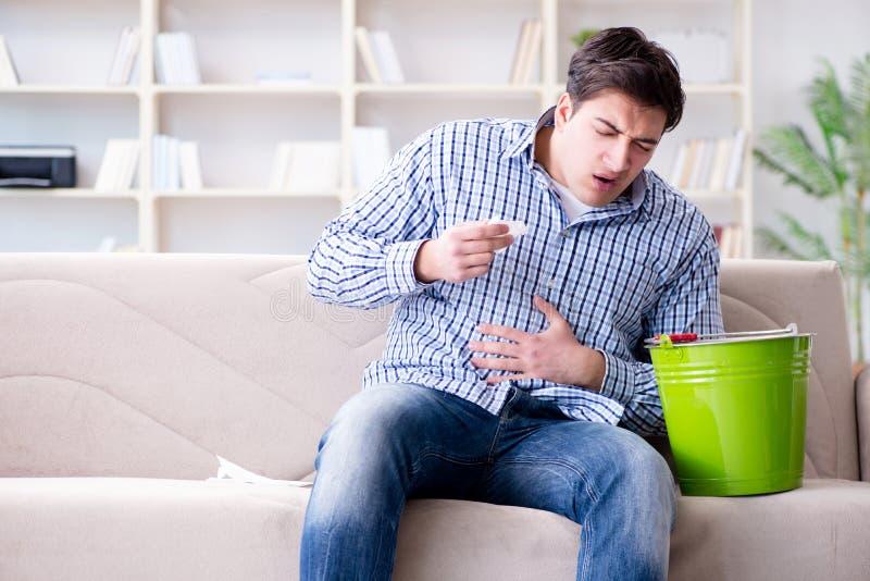 O homem que sofre do estômago doente e de vomitar imagens de stock royalty free