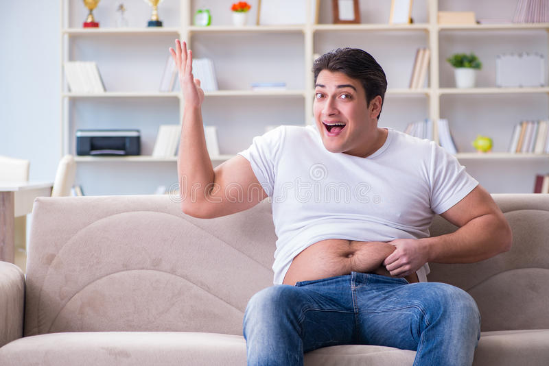 O homem que sofre do peso extra no conceito da dieta foto de stock