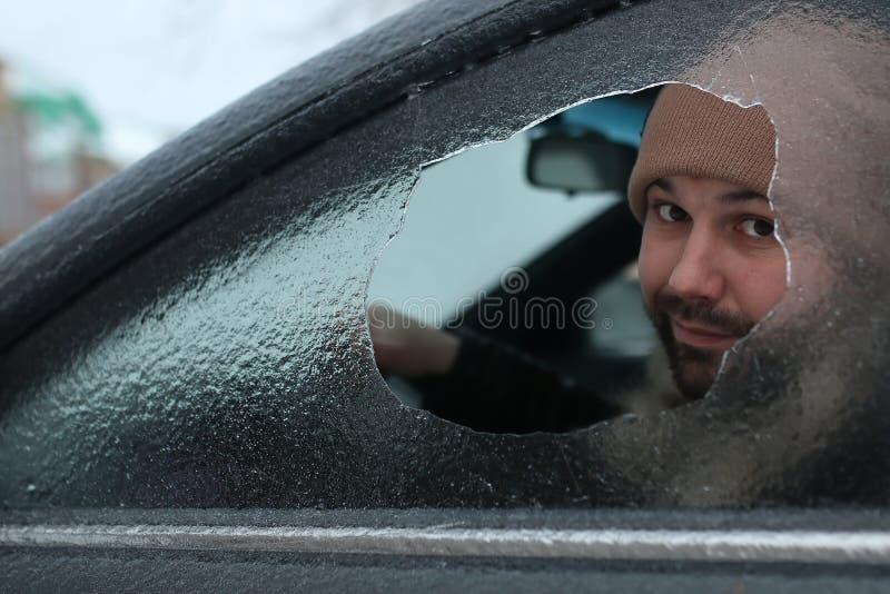 O homem quebrou o vidro do carro uma pedra pequena fotografia de stock