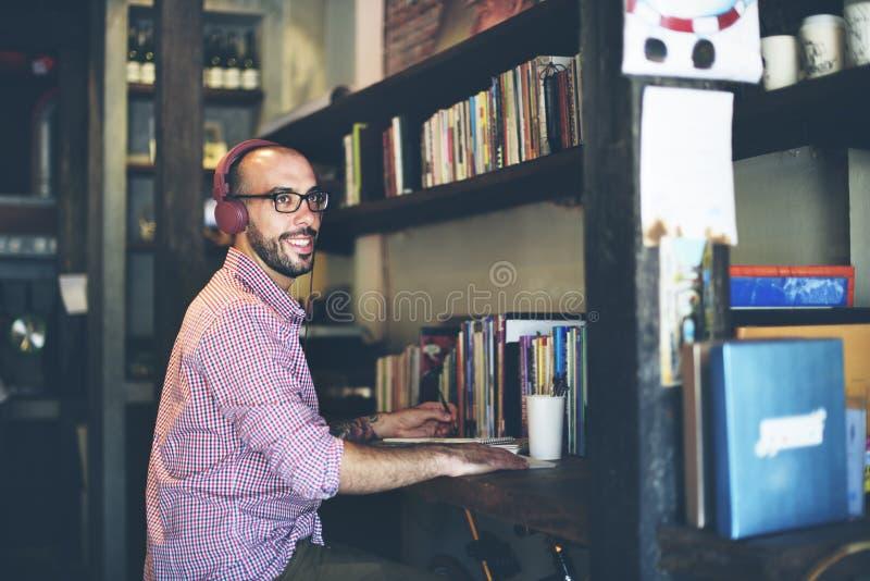 O homem relaxa a apreciação que escuta usando o conceito do portátil fotos de stock royalty free