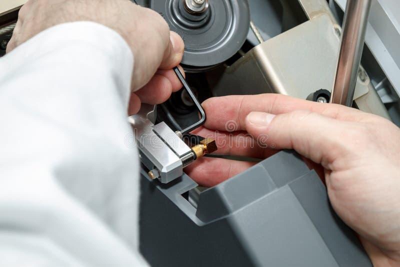 O homem repara o dispositivo fotografia de stock