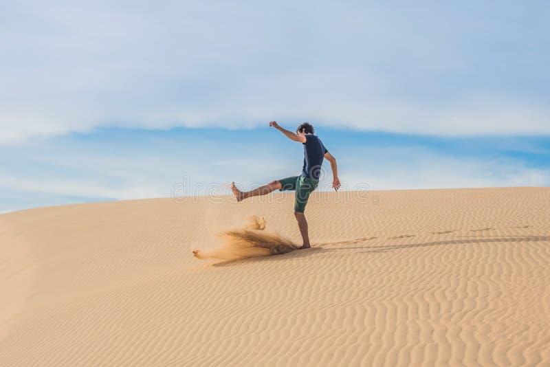 O homem retrocede a areia, aborrecimento, agressão fotos de stock royalty free