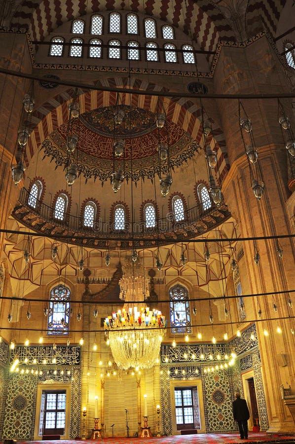 O homem reza na mesquita de Edirne Selimiye em Turquia A mesquita foi comissão por Sultan Selim II, e construída pelo arquiteto M imagem de stock royalty free