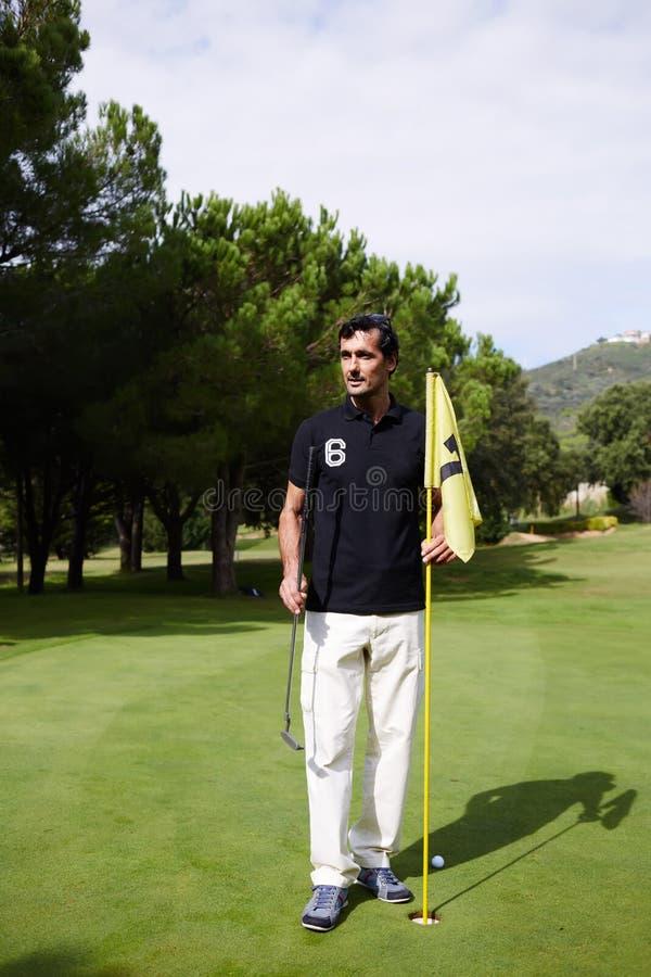 O homem rico que descansa após um bom pontapé do clube de golfe imagens de stock