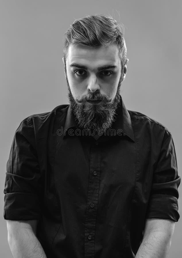 O homem ruivo novo à moda com uma barba e um bigode vestiu i fotografia de stock royalty free