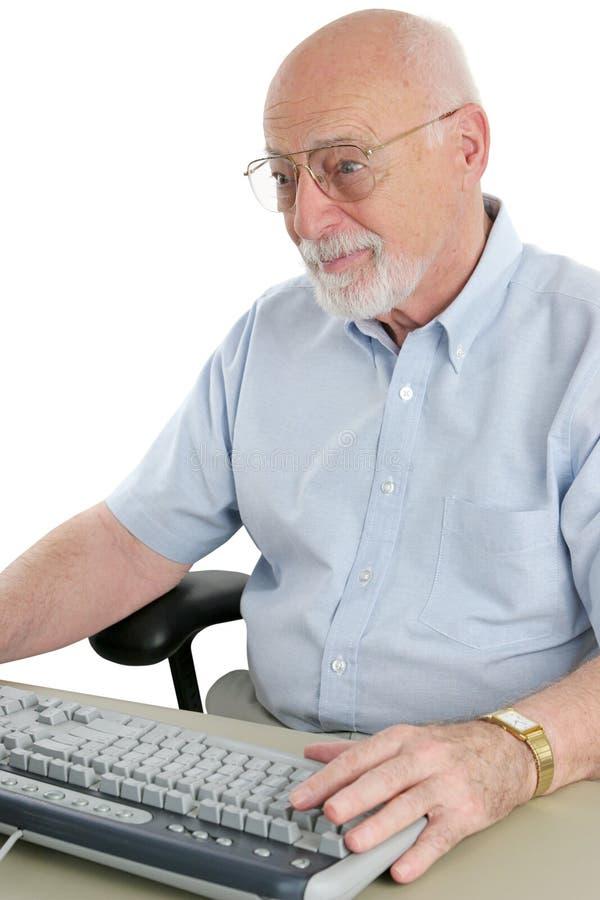 O homem sênior consulta o Internet foto de stock royalty free