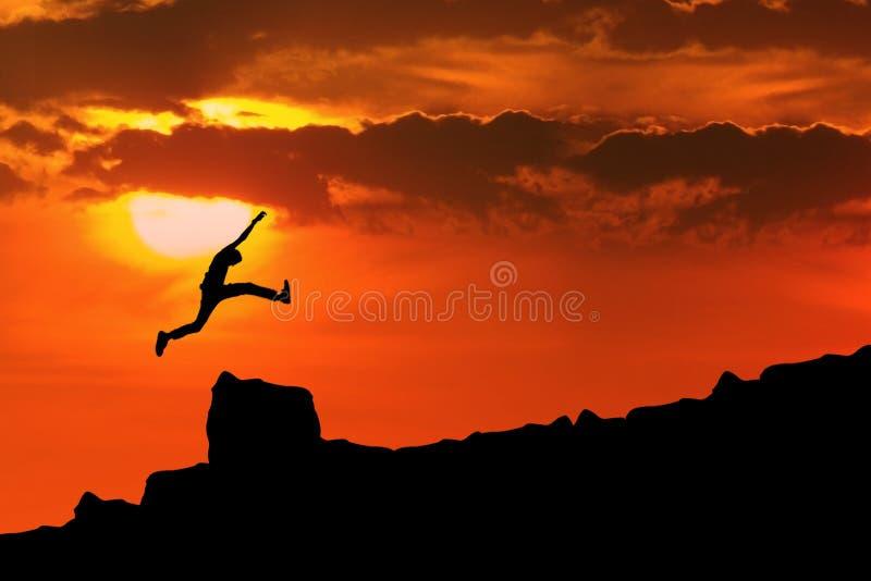 O homem salta através da rocha fotos de stock royalty free