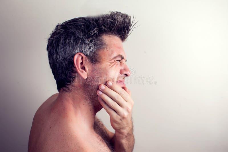 O homem sente a dor de dente Conceito dos povos, dos cuidados médicos e da medicina imagem de stock