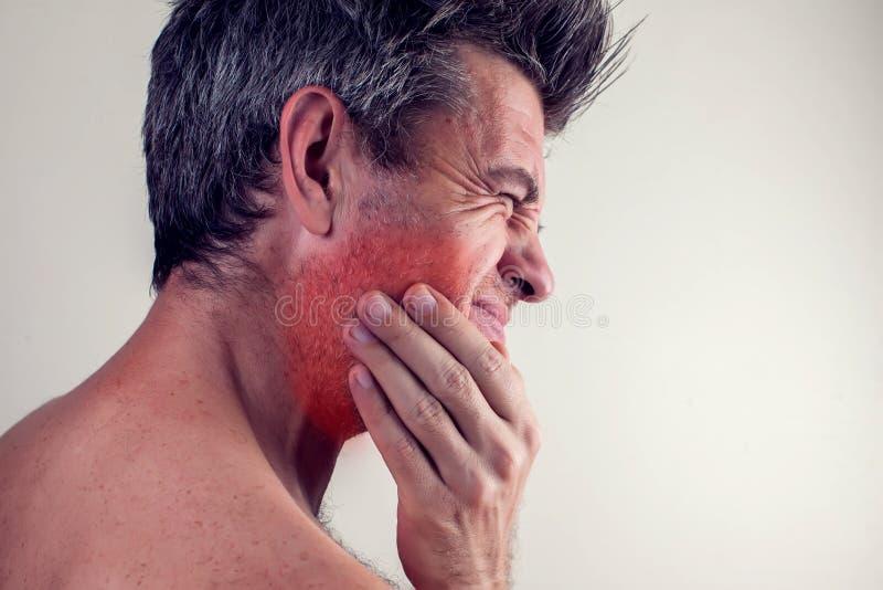 O homem sente a dor de dente Conceito dos povos, dos cuidados médicos e da medicina fotos de stock royalty free