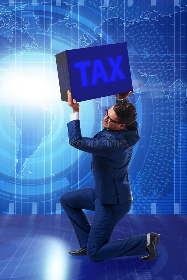 O homem sob a carga de pagamentos de imposto fotografia de stock