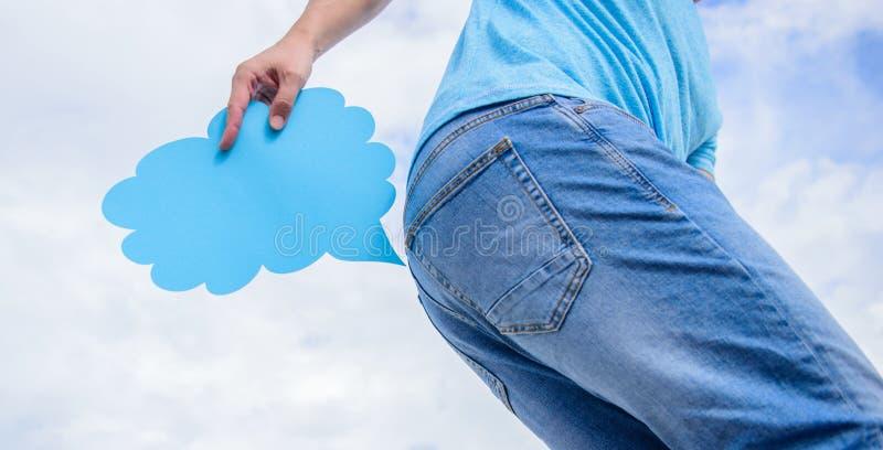 O homem sofre da diarreia O indivíduo está guardando a nuvem farting perto do burro que tenta reter o impuso Nenhum farting permi fotos de stock