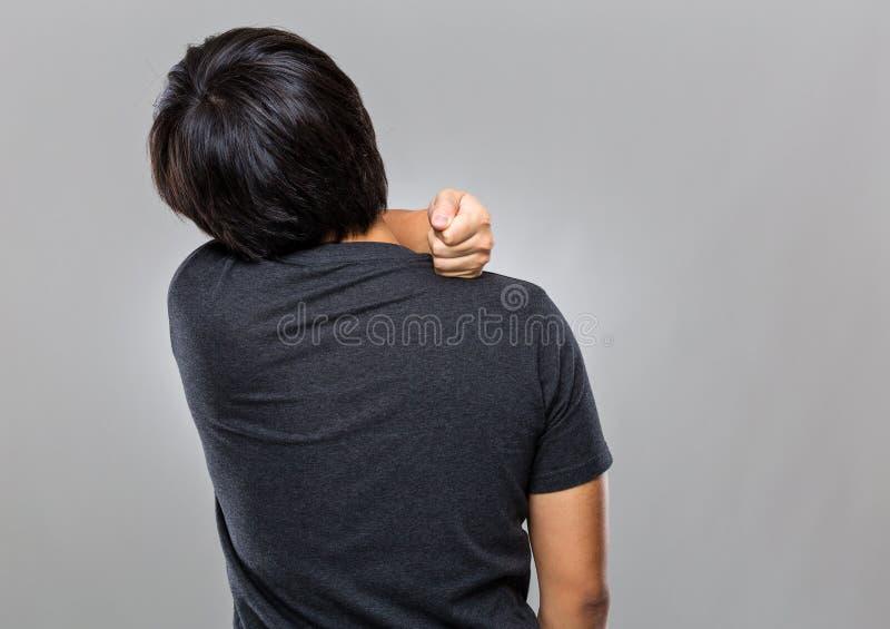 O homem sofre da dor do ombro imagem de stock royalty free