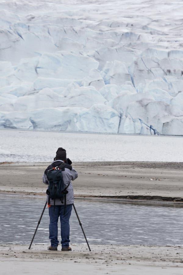 O homem superior ativo fotografa a geleira de Mendenhall foto de stock