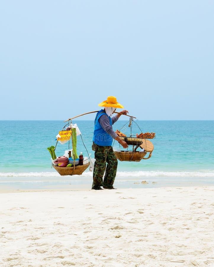 O homem tailandês vende o alimento na praia, Tailândia. fotografia de stock royalty free