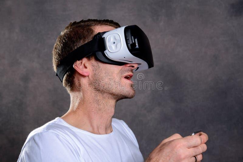 O homem tem o divertimento com vidros da realidade virtual imagem de stock