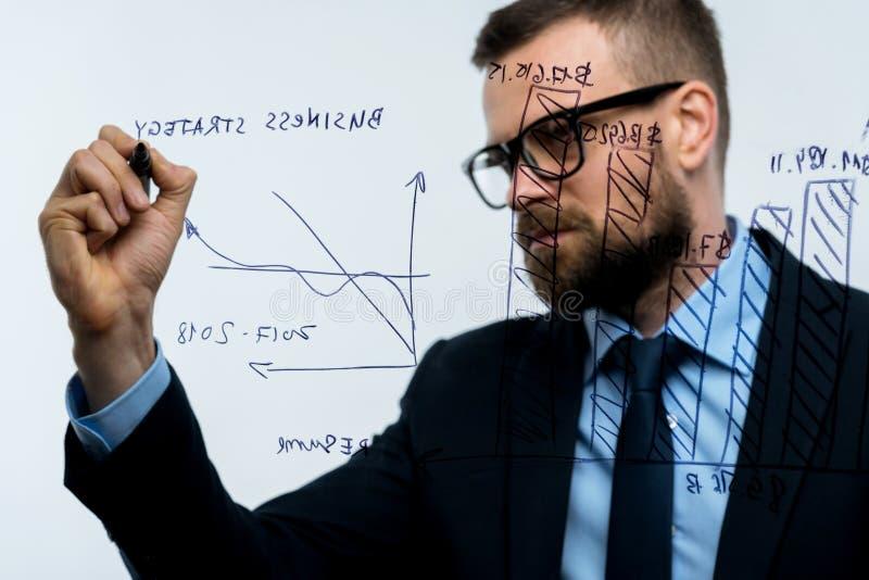 O homem tira as várias cartas de crescimento, perspectivas calculadoras para o succe foto de stock