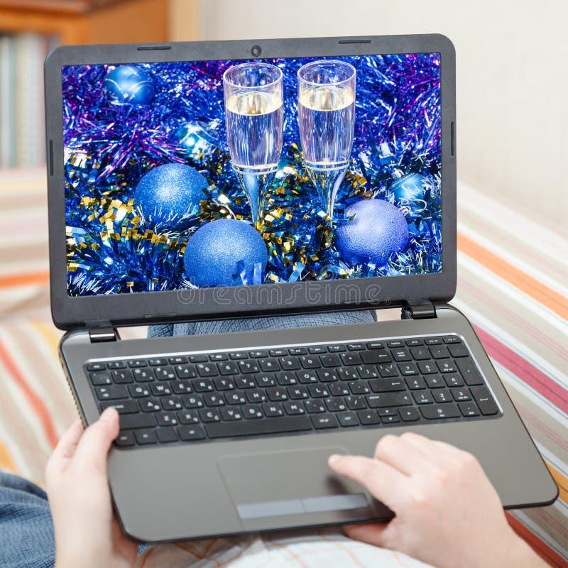 O homem toca no portátil com vida azul do Xmas ainda fotografia de stock royalty free