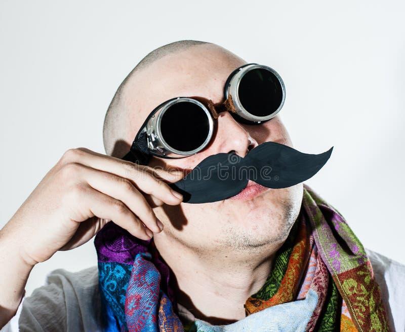 O homem toca violino seu moustache falso foto de stock