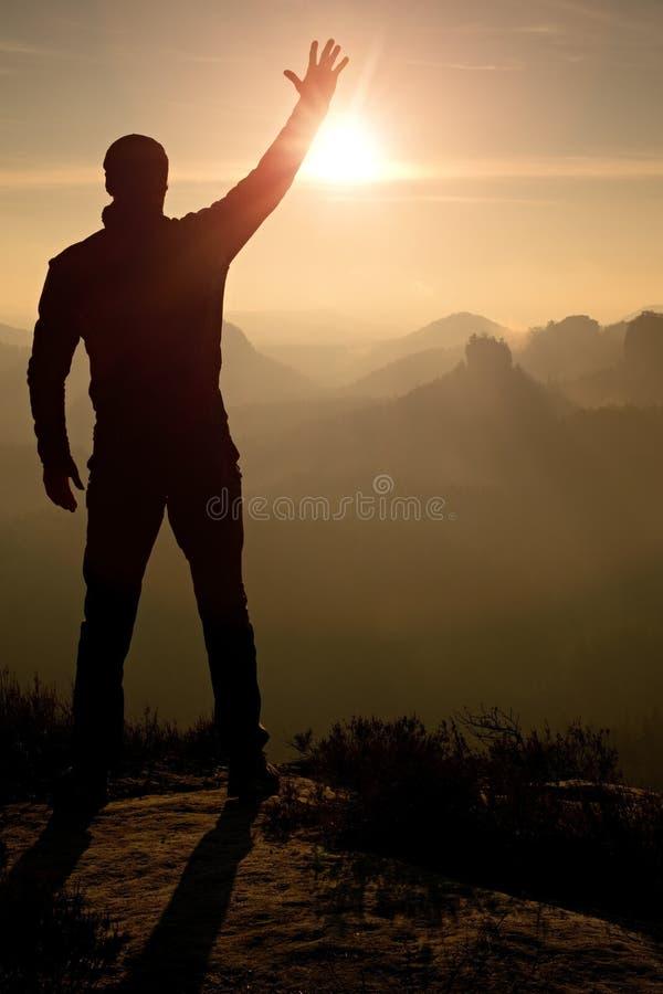 O homem toma fotos do telefone Montanhas sonhadoras do fogy quando nascer do sol fotos de stock