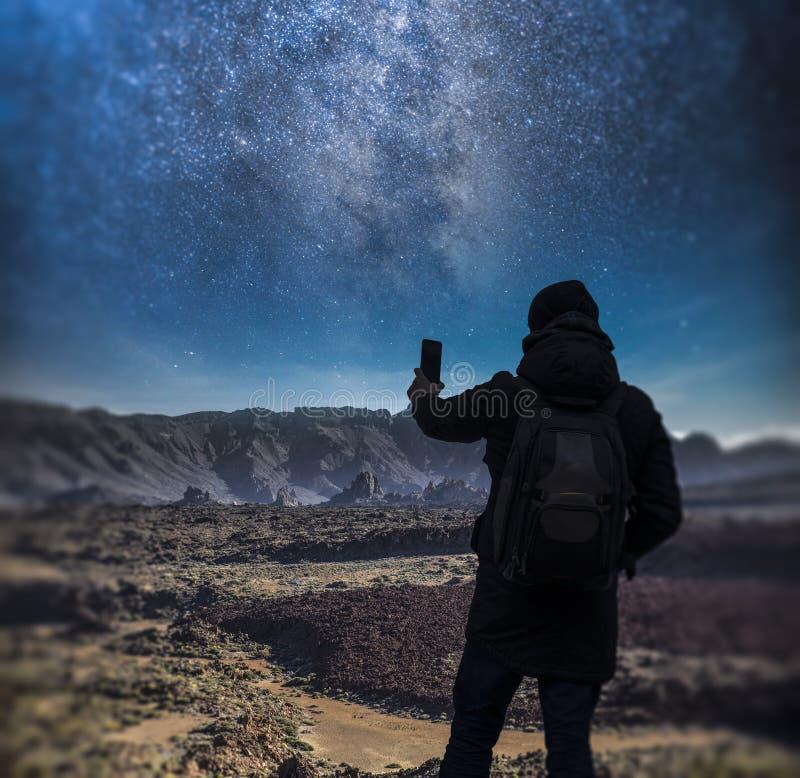 o homem toma imagens de um céu noturno estrelado imagens de stock royalty free